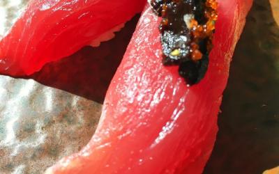 Sushi de atum com alho negro e ovas