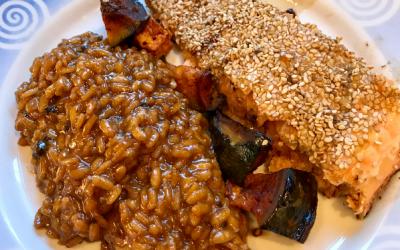 Salmão assado com crosta de gergelim, abóbora e risotto de alho negro