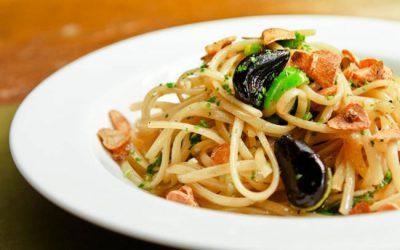 Spaghetti de alho negro com manteiga e tomate concasse