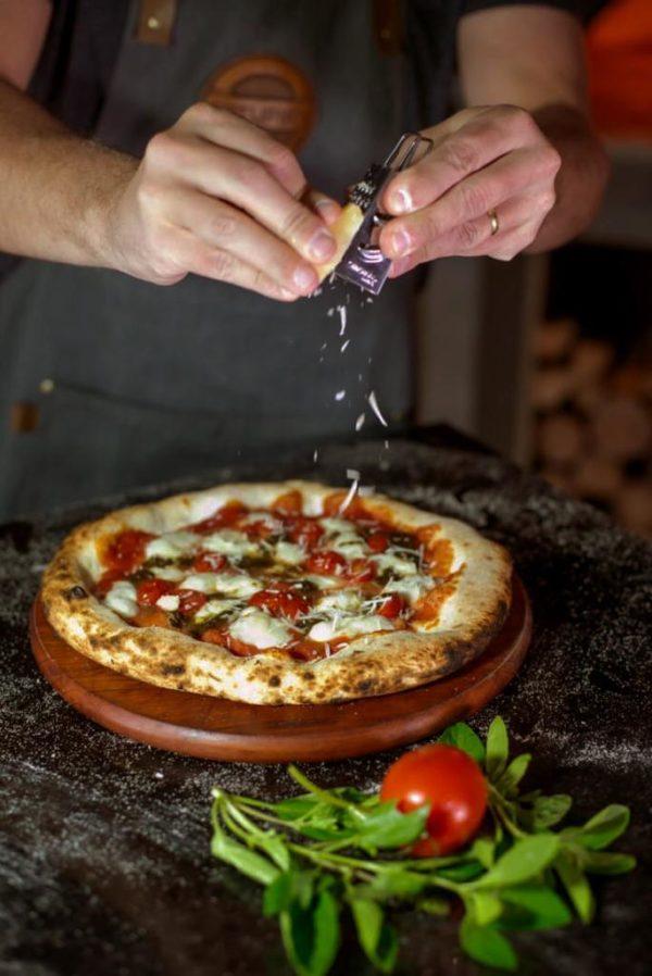 pizza com pesto de alho negro por Pedro Pernambuco