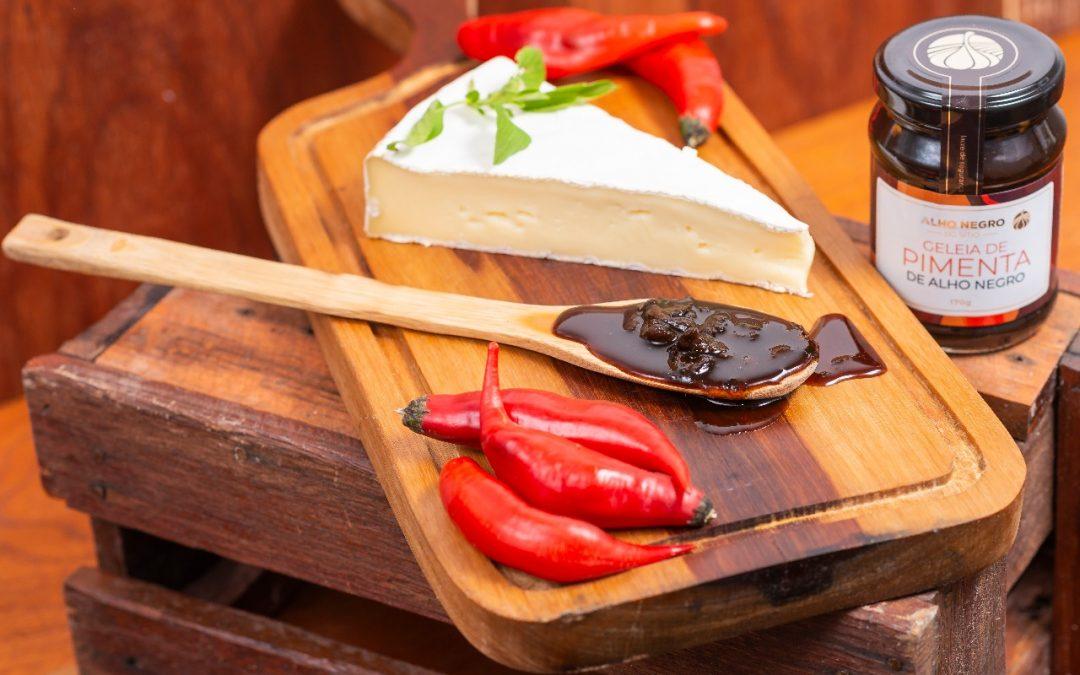 Queijo Brie com Geleia de Pimenta de Alho Negro